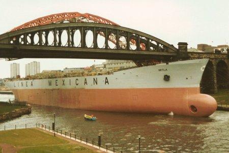 Linea Mexicana beneath the Wearmouth Bridge